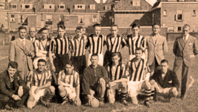 Voetbalclub Willem Smit & Co's Transformatorenfabriek in 1938 ( 12-08-1938)